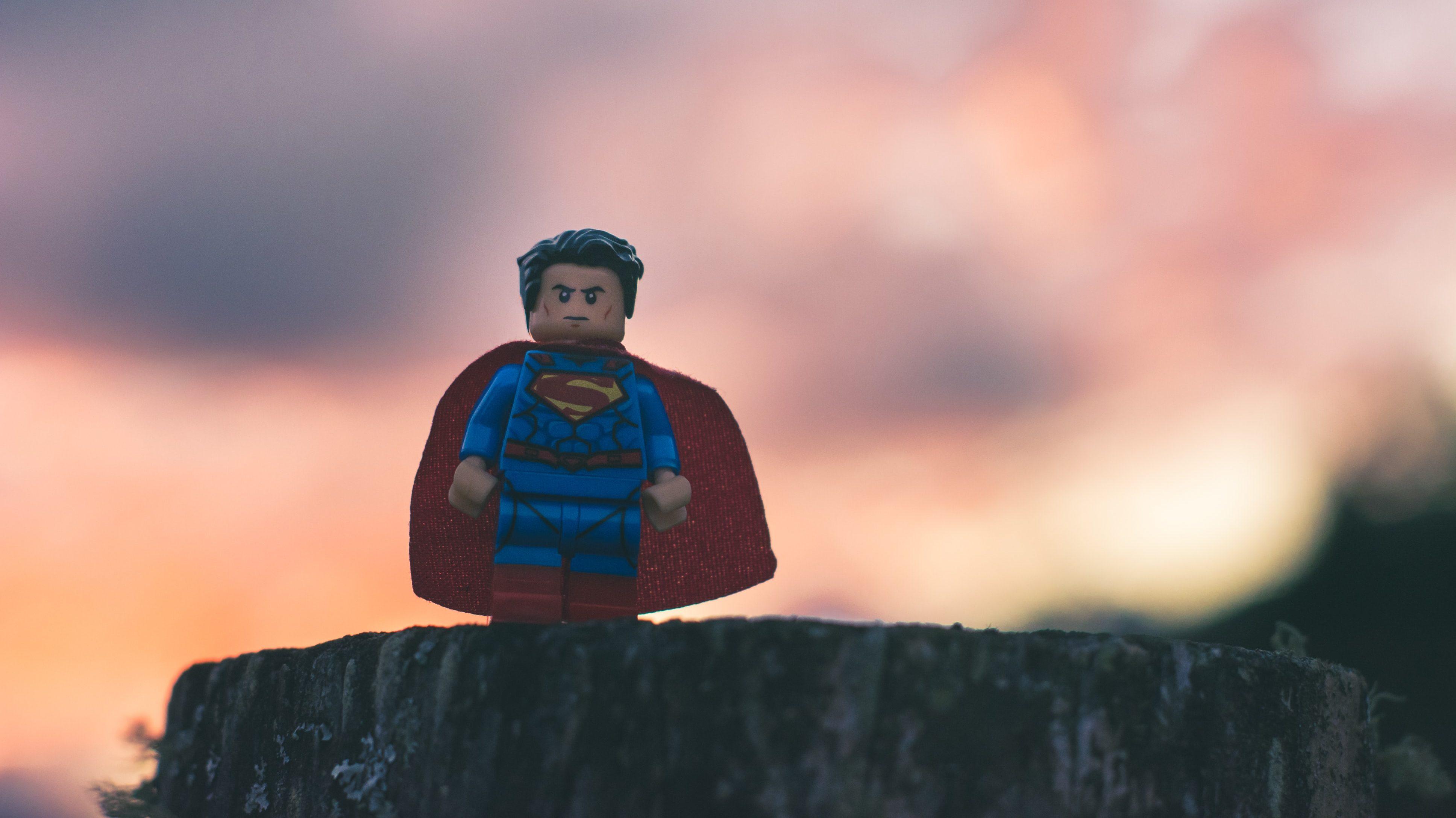 [Lu Ailleurs] : « Pour son entourage, Macron c'est Superman ! » Rym Momtaz